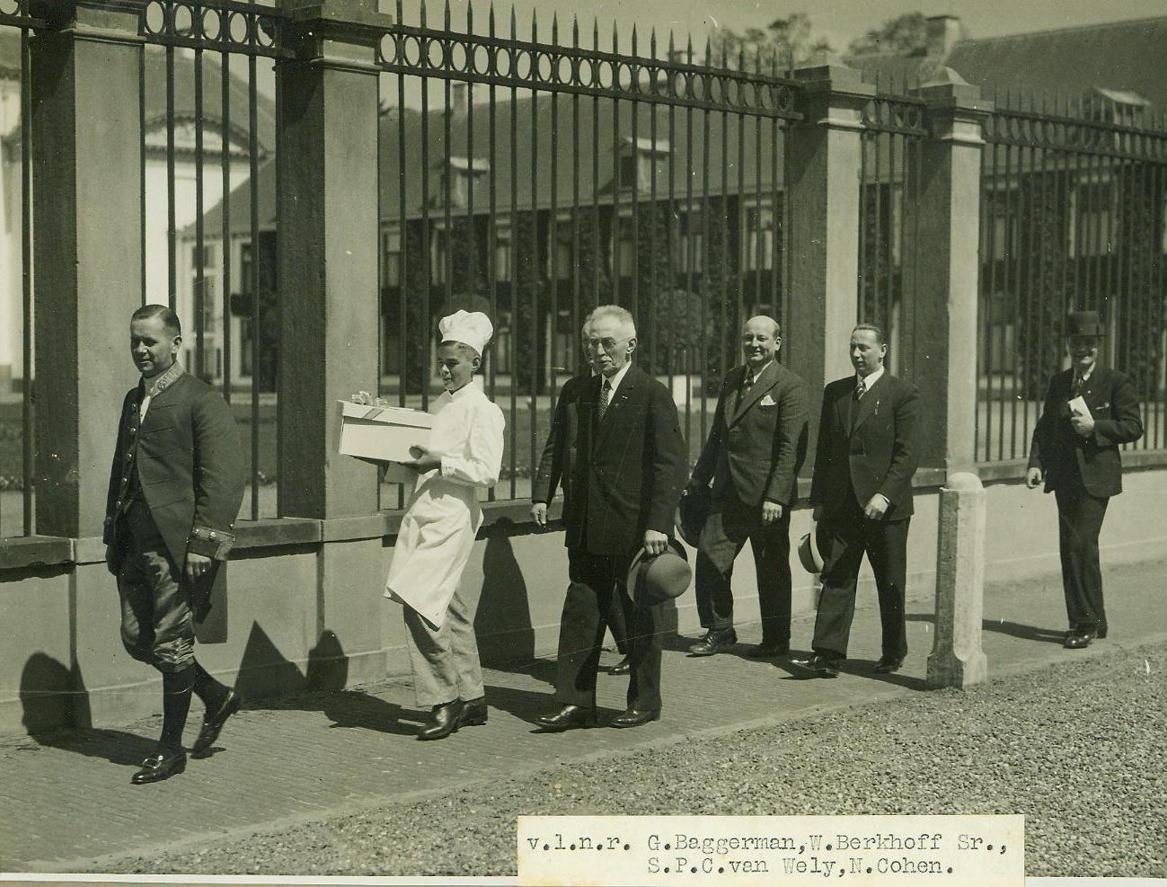taart afleveren Een delegatie banketbakkers bij 't Loo voor het afleveren van de  taart afleveren