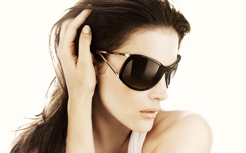 51871ab003 Women+Wearing+Sunglasses