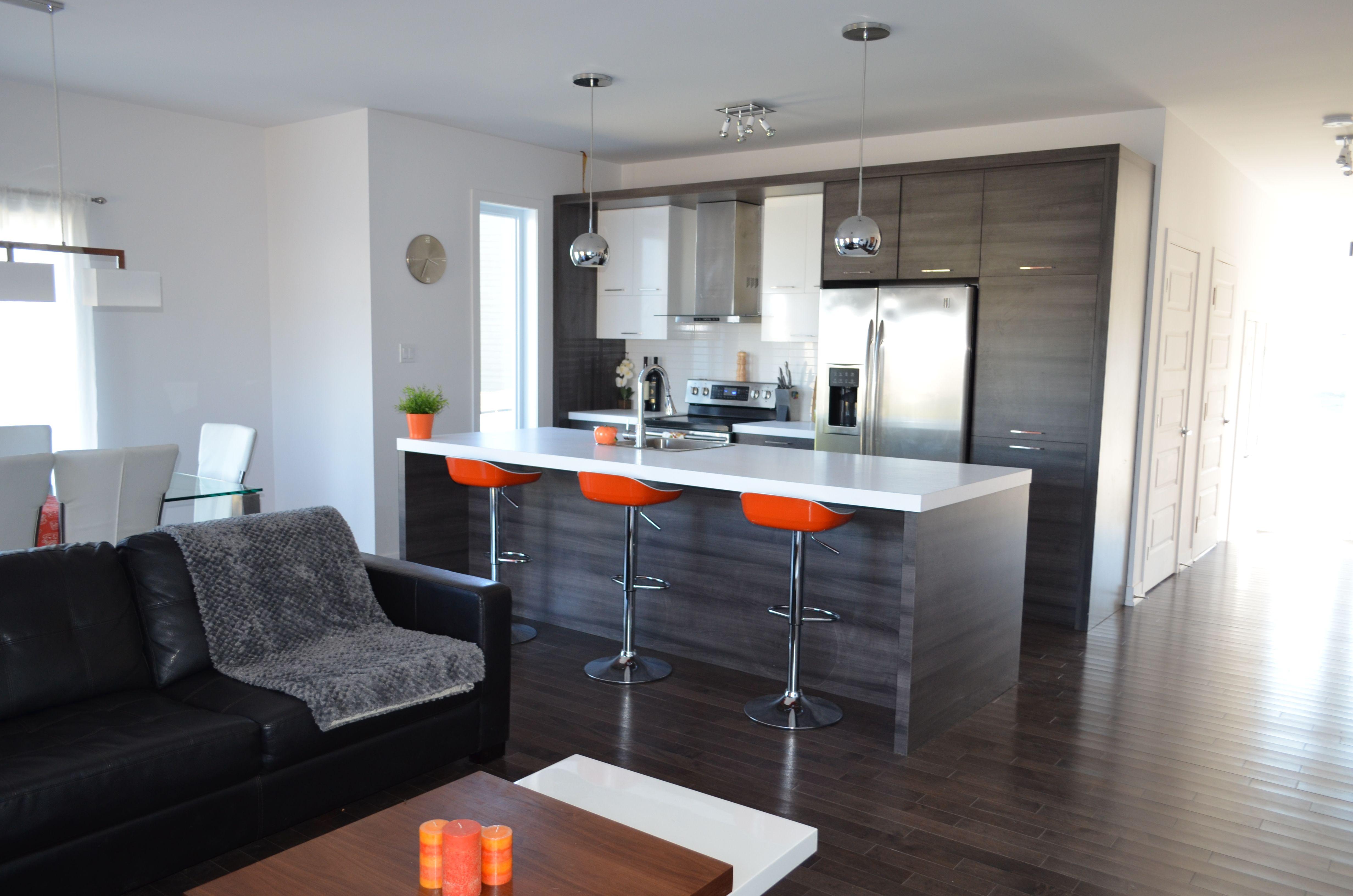 cuisine avec il t central et comptoir lunch du mod le. Black Bedroom Furniture Sets. Home Design Ideas