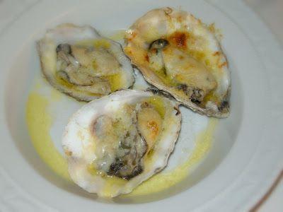 Oesters met roomboter en gemalen kaas. -Oven voorwarmen op 200 gr.,oesters bestrijken met roomboter,bestrooien met gemalen kaas,de oven in tot de kaas mooi kleurt.