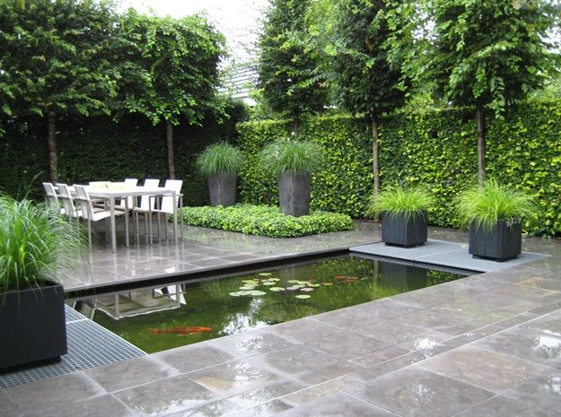 Strakke vijver met roosters in watertuin aangelegd door hovenier