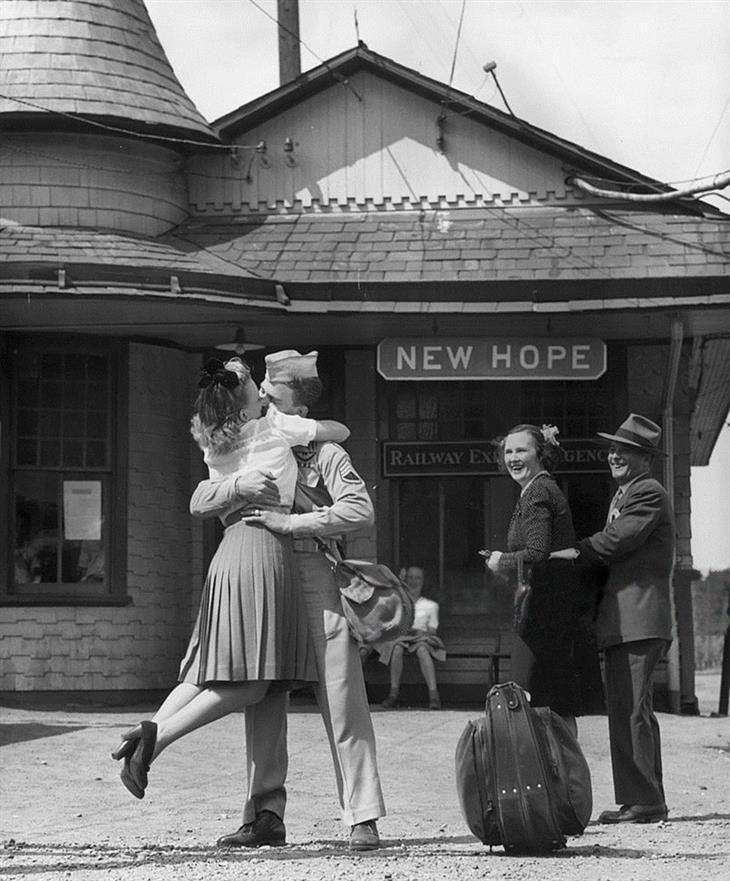 Resultado de imagen de fotografias de besos en la estacion en blanco y negro