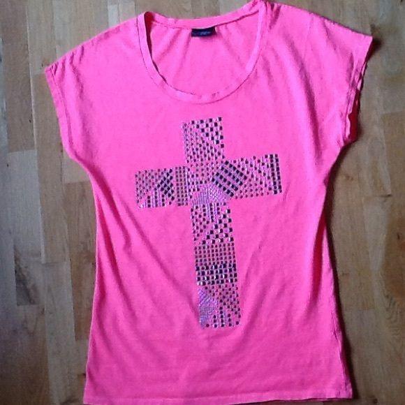 Women's DAYTRIP top, size medium, $10 DAYTRIP cross t-shirt, size medium. $10 Tops Tees - Short Sleeve