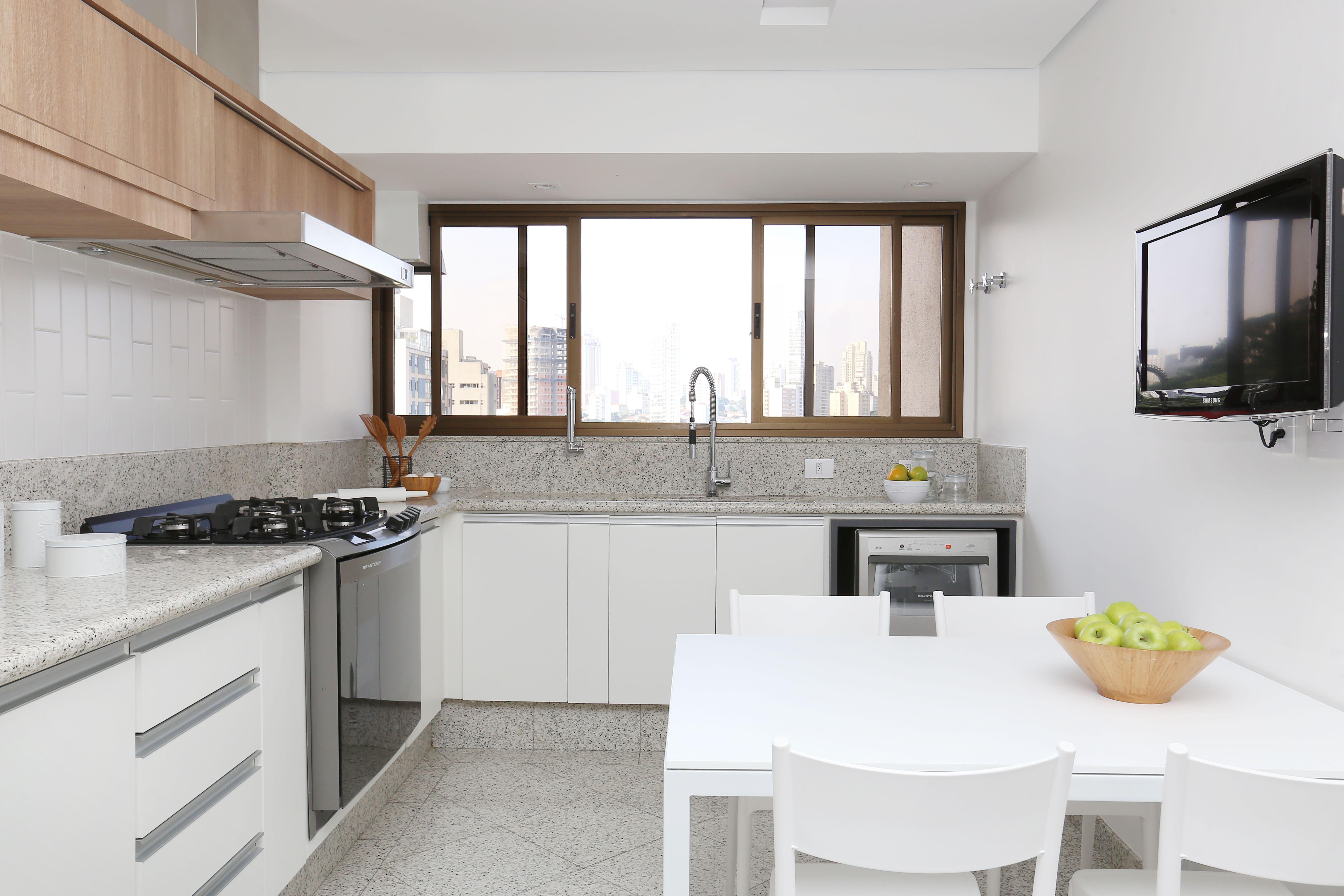 Cozinha Com Piso Existente Em Granito Cinza E Paredes Em Pintura