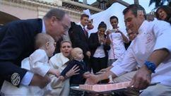 Lors d'une sortie familiale à l'occasion de leur premier anniversaire, Jacques et Gabriella de Monaco ont fait leurs premiers pas en public !  Les jumeaux princiers marchent ! A voir dans Place Royale ce samedi !