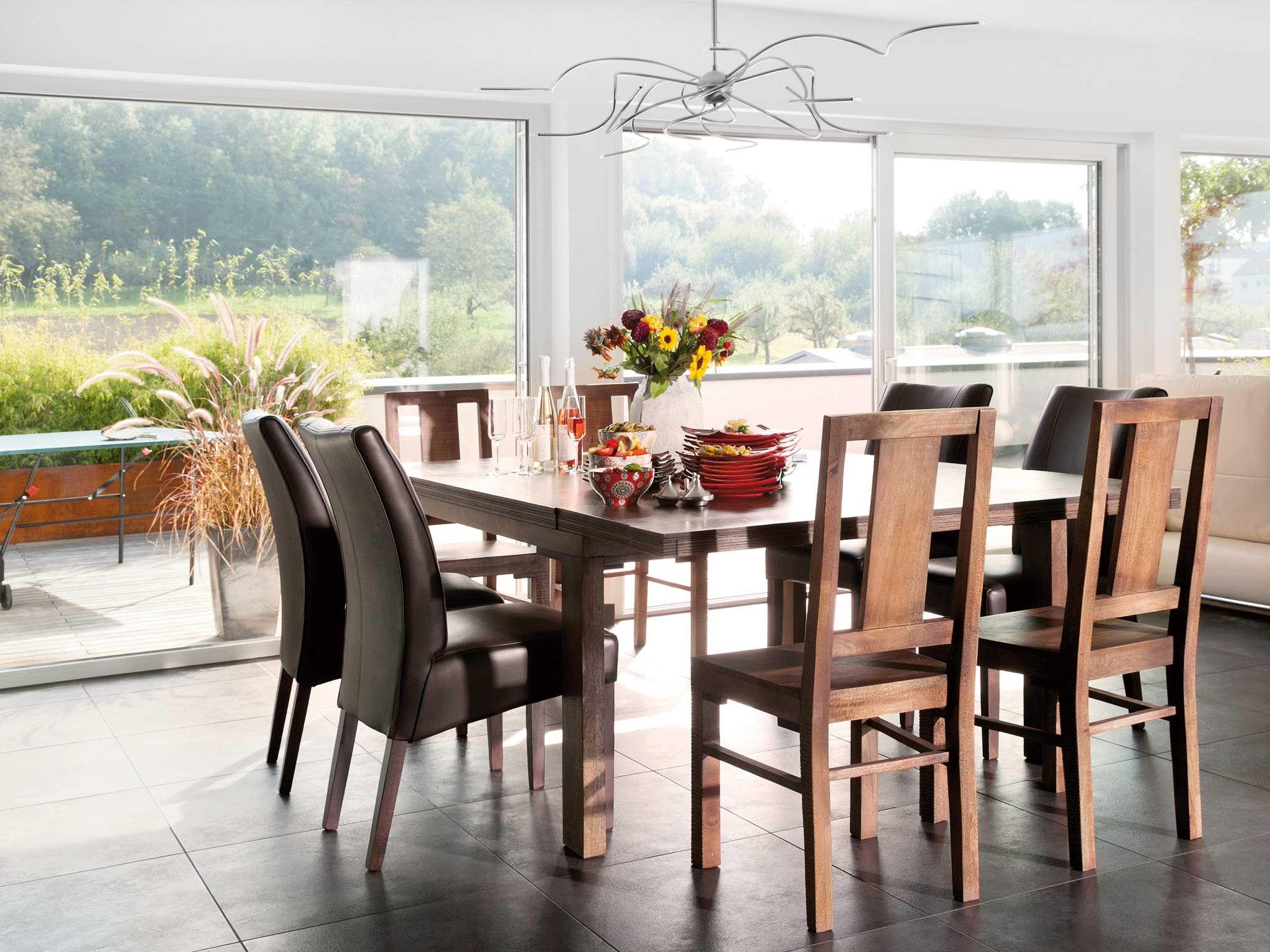 Ein quadratischer Esstisch lädt zum fröhlichen Tischgespräch ein ...