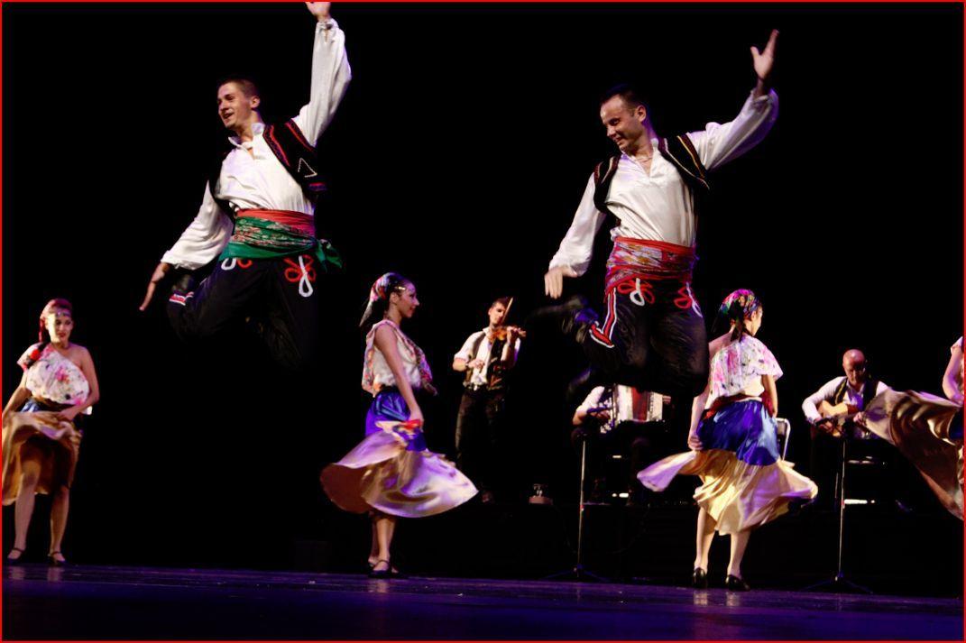 Ballet Folclórico Simyonov : Arman serbios fiesta sobre el escenario