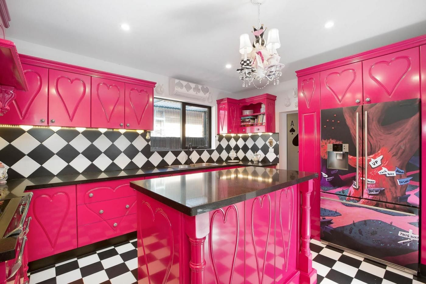 An Alice In Wonderland Inspired Kitchen Complete With Hearts Checkered Tiles And Crazy Feature Harry Potter Decor Alice In Wonderland Harry Potter Room Decor