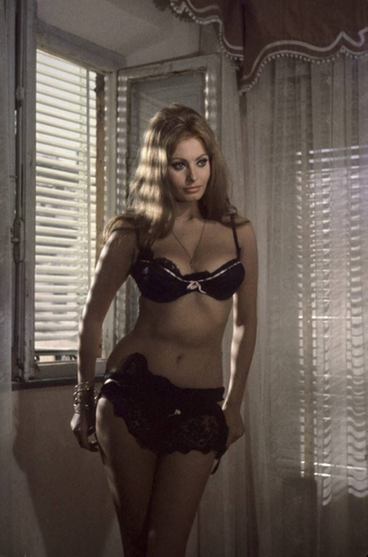 Sophia Loren Does A Striptease As Mara 900 215 1360 Mis