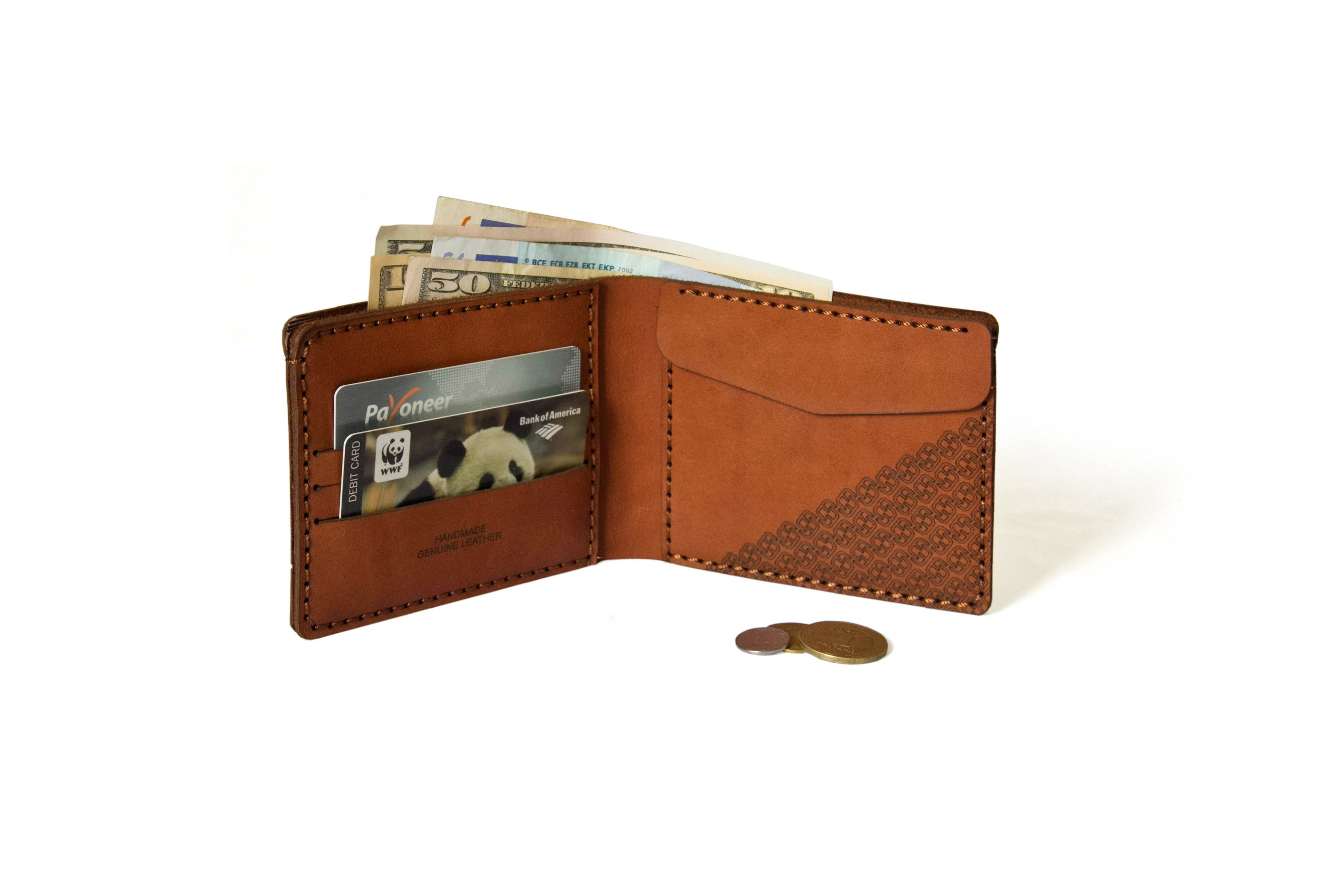 Štýlová, funkčná peňaženka, ktorá sa hodí do každého vrecka. Vyrobenáz vysoko kvalitnej kože, ručne šitá s veľkým dôrazom na každý steh. Obsahujetri priečinkyna kreditné karty, jedno vrecko na mince a jednopozdĺžnevrecko na účtenky. Táto peňaženka vám bude slúžiť po mnoho rokov.