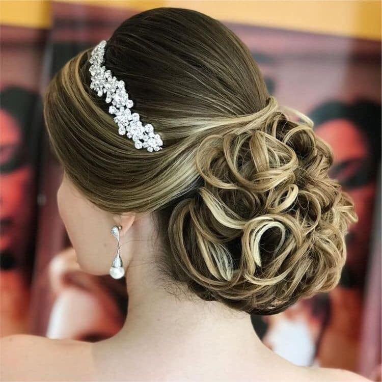 Pin By Jennisandrez On Peinados Maquillaje Y Unas De Novia Bridal Hair Inspiration Bun Hairstyles Wedding Hairstyles