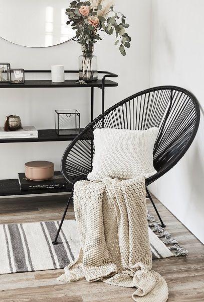 Ein stilvoller Eingangsbereich ist keine Frage des Platzes. Doch besonders in kleinen Wohnungen sollte er optimal genutzt werden. Kombinieren Sie praktische Möbel mit einem gemütlichen Sessel – das lässt den Flur sofort wie einen zusätzlichen Wohnraum wirken. Ein Farbkonzept wie hier in Weiß, Creme und Rosé mit schwarzen Akzenten geben dem Entree einen Rahmen. // Flur Eingangsbereich Ideen Deko Sessel Bank Vase Blumen Kissen Teppich Sideboard Skandinavisch #Fl #flureinrichten