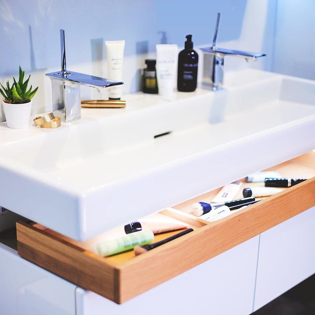 Lignes géométriques pour une salle de bain graphique