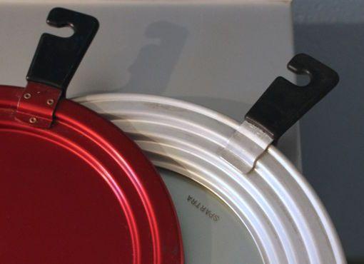 """Mewa-Kochdeckel Die aufhängbaren Deckel mit gestuftem Profil passen jeweils auf zwei bzw. drei Pfannen. Mit andern Worten: Man spart nicht nur Energie beim Kochen, sondern auch Deckel selber. Der Name """"Sparta"""" ist also durchwegs Programm. Aluminium Rot anodisch oxidiert bzw. Aluminium mit unzerbrechlichem Schauglas."""