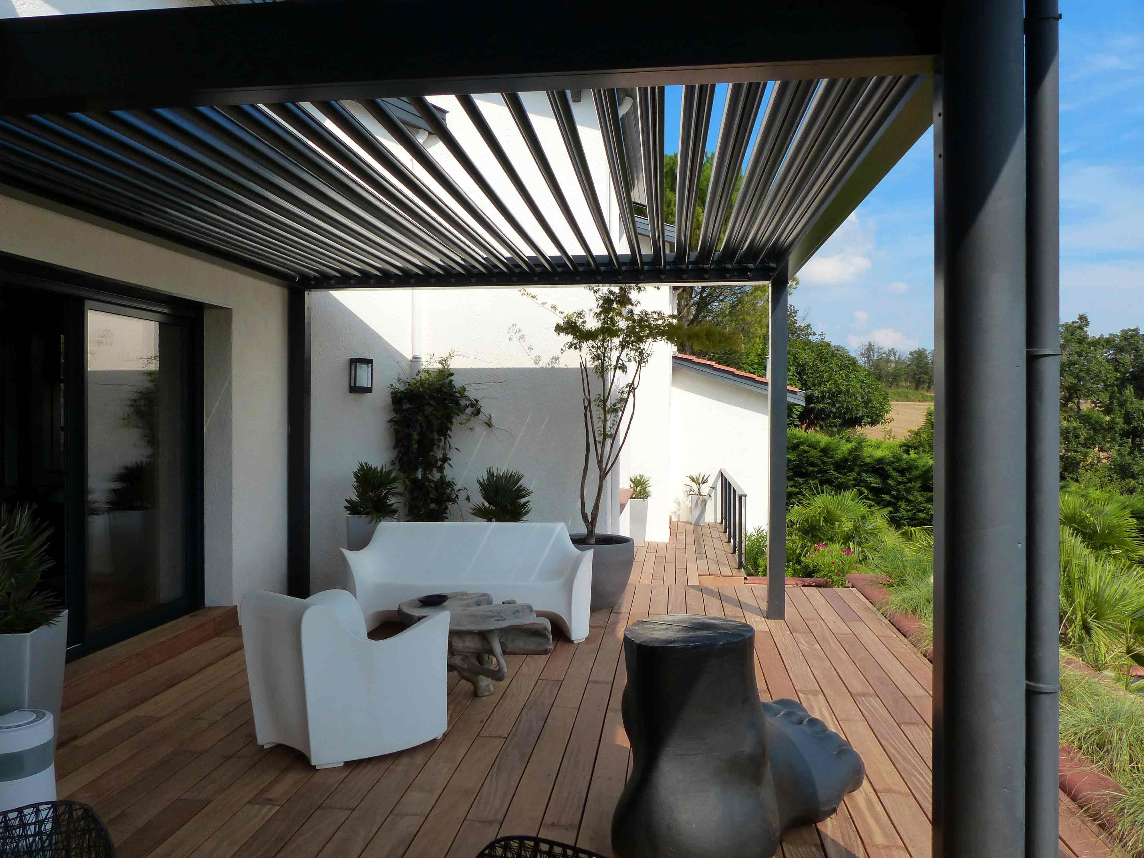 Grâce à son design contemporain, la pergola bioclimatique