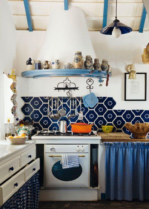 Campana de obra y azulejo en azul. juego de colores que hacen de ...