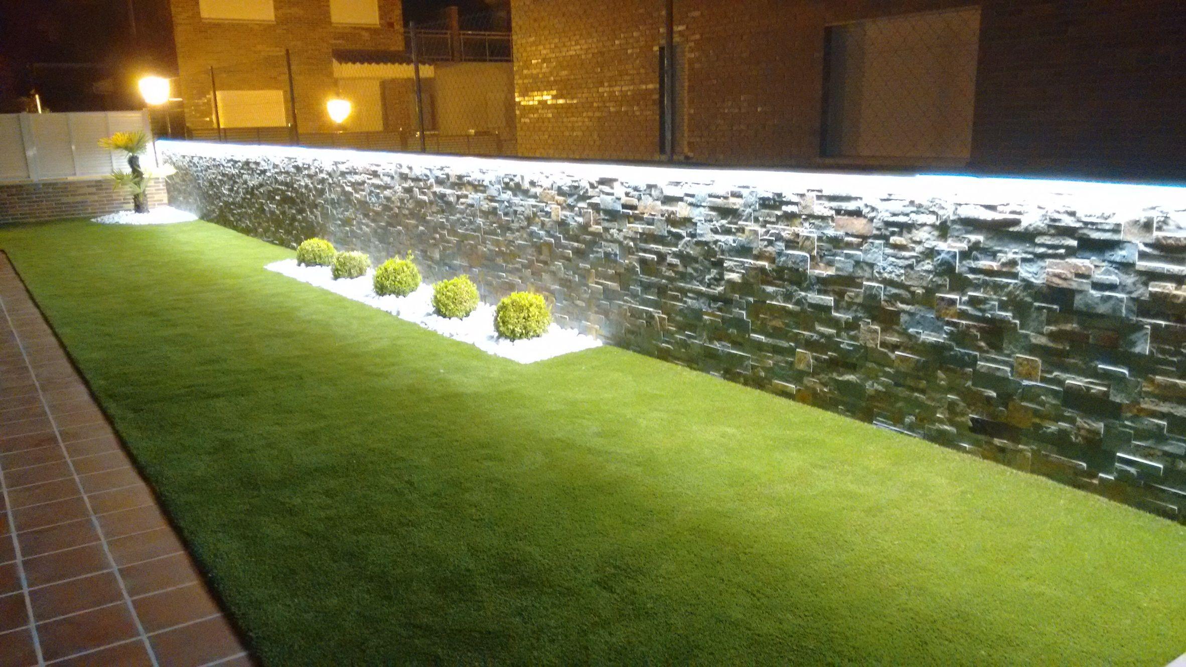 jardin con césped artificial Eco Living Lavanda, bolos blancos, bojs ...