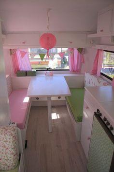 romantische roze caravan 5 wohnwagen pinterest wohnwagen wohnmobil und wohnwagen makeover. Black Bedroom Furniture Sets. Home Design Ideas