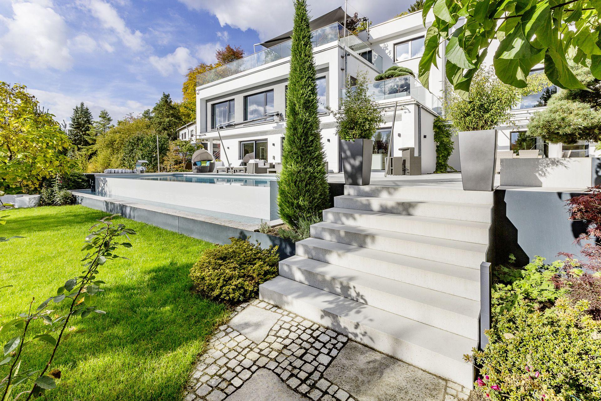 Moderner Garten Mit Treppe Als Aufgang Zur Terrasse Mit Infinity Pool Aussen Hauser Moderner Garten Flusshaus