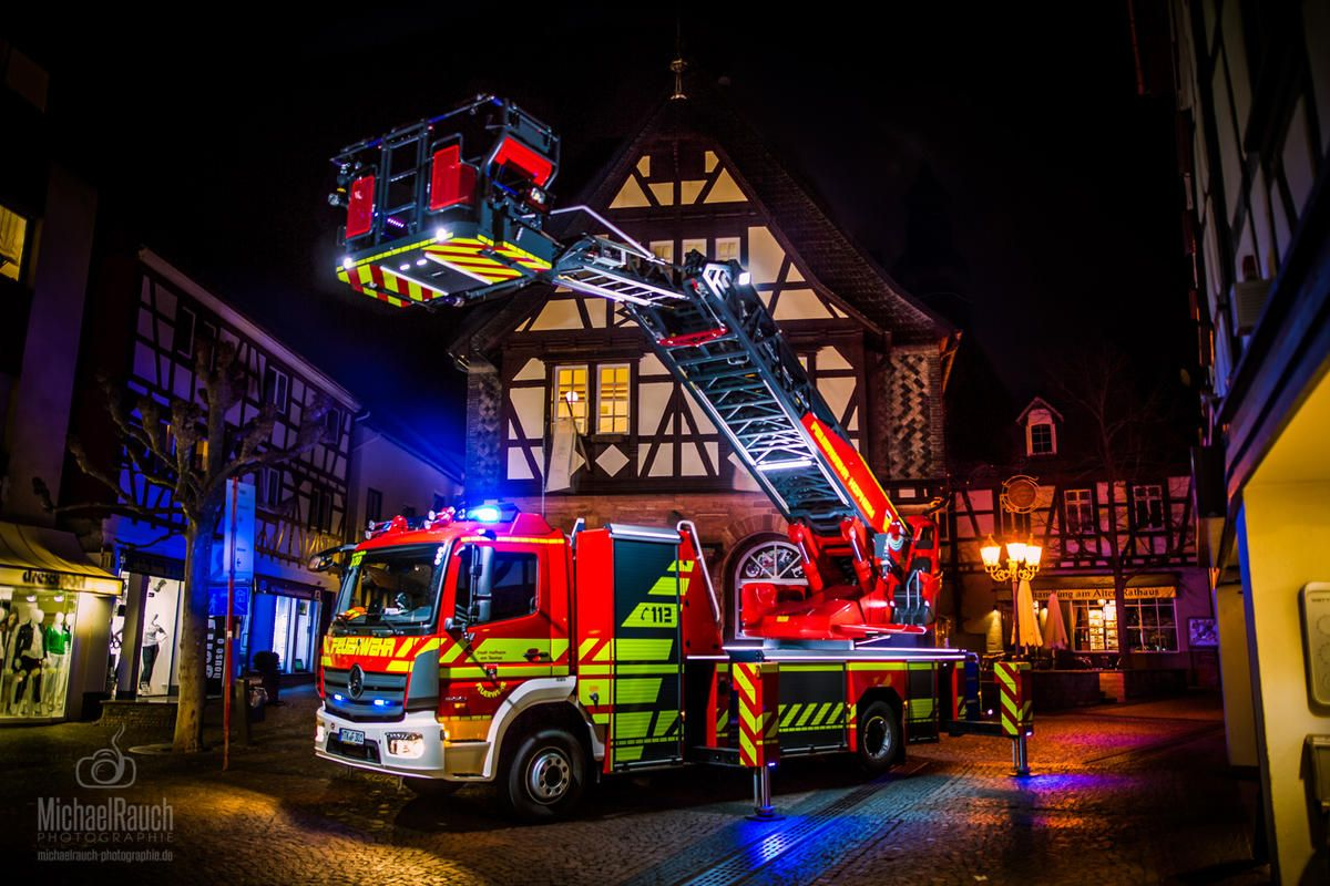 Dlk Der Ff Hofheim Mit Warnmarkierung Und Konturmarkierung Feuerwehr Feuerwehr Fahrzeuge Feuerwehr Bilder