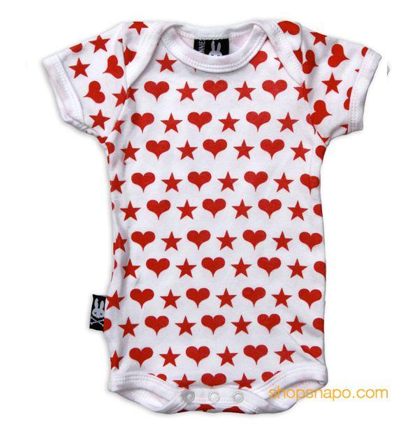 Hearts and Stars Six Bunnies Body Bebe (KK 545). 100% de algodón de manga corta. Body blanco con corazones y estrellas estampadas en rojo. Encuéntrala en shopsnapo.com