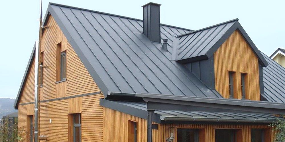 Dach decken mit Metallplatten in Stehfalztechnik