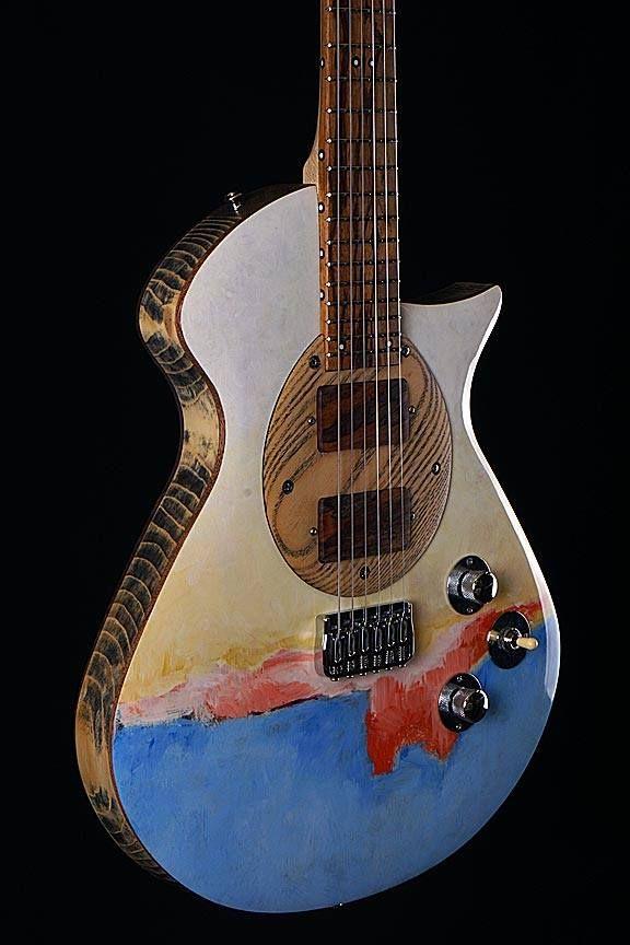 Une Custom Vintage Oiseau De Feu Assez Originale Retrouvez Des Cours De Guitare D Un Nouveau Genre Sur Mymusicte Luthier Guitar Ukulele Design Cool Guitar