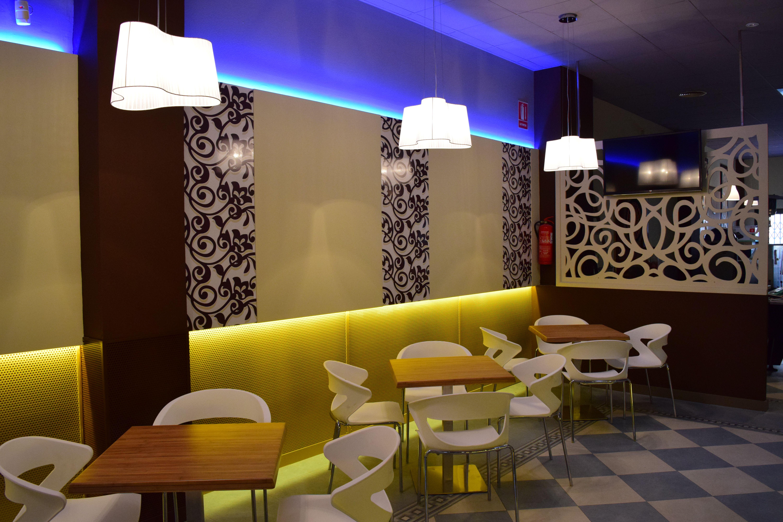 Diseño y decoración interior de Bar Cafetería realizado por la ...