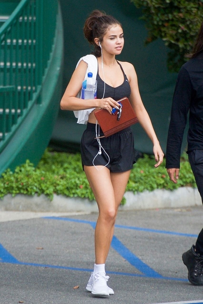 1b54bc44be1 November 1  Selena leaving a gym in Los Angeles