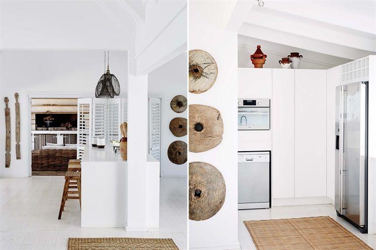 A la derecha se revela el truco de este ambiente inmaculado: los electrodomésticos engamados en acero están empotrados en un amplio mueble-alacena accesible pero no expuesto a la vista.
