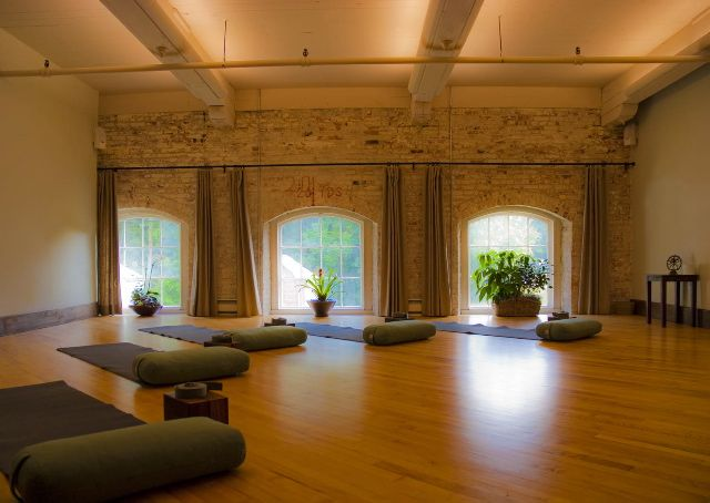 Awesome How The Lighting Is Covered By The Ceiling Structure So Lights Aren T In Your Eyes Yoga Studio Design Yoga Studio Interior Yoga Studio Decor