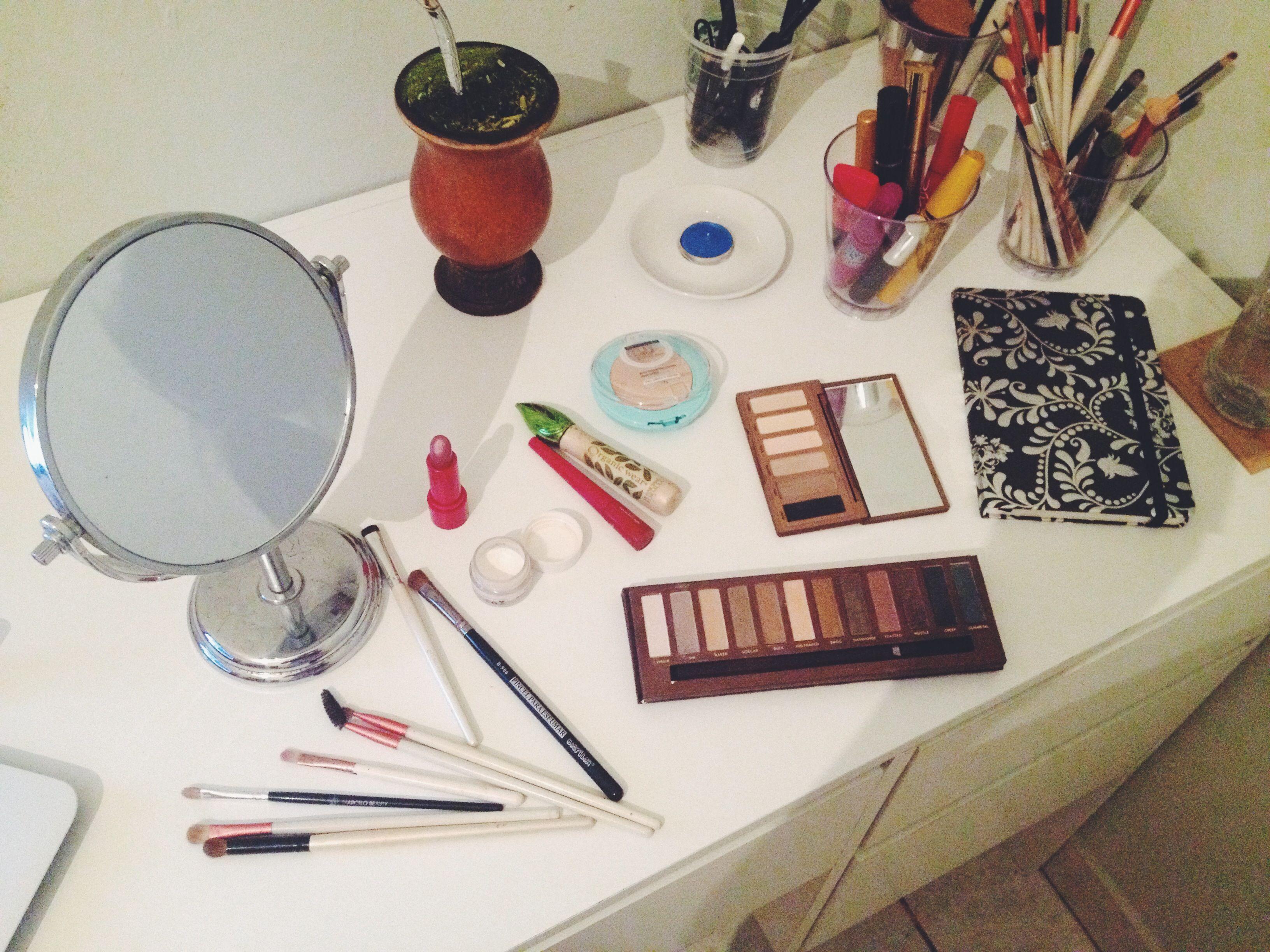 Messy Makeup Table | Penteadeira