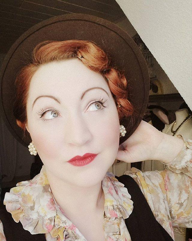 WEBSTA @ violettpastel - Ich werde spazieren gehen 👠 allein #sundaymood #sunday #boringsunday #vintagestyle #vintagegirl #paleskin #redhead #redlips #weißwieschnee #rotelippen #rotehaare #miristsolangweilig