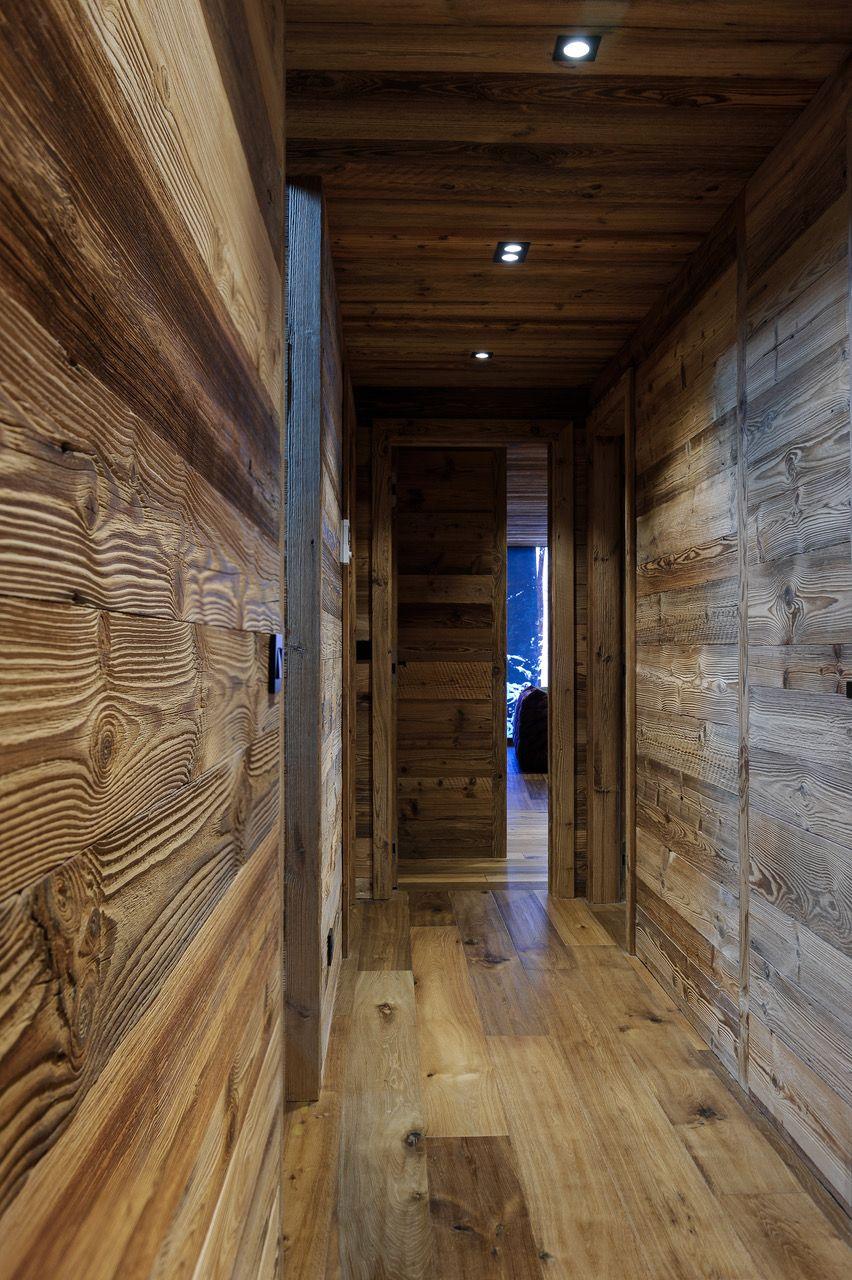 Couloir de chalet en vieux bois / Chalet corridor, old wood ...