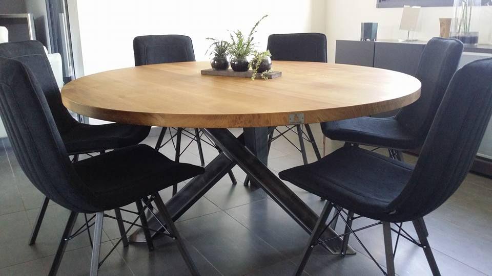 table ronde, plateau en chêne brut, pieds croisé en acier verni