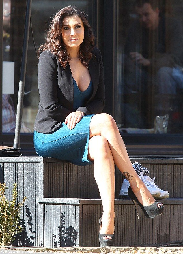 Kym Marsh Displays Plenty Of Cleavage In Y Dress On Corrie Set