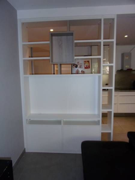 cette bibliothque qui spare 2 espaces de vie est galement un meuble tv du cot salon la tlvision avec des portes en partie basse pour cacher les box