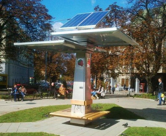 The Strawberry Tree Gives Serbian Residents A Solar Powered Hot Spot To Charge Their Gadgets Con Imagenes Mobiliario Urbano Cargador Solar Arquitectura