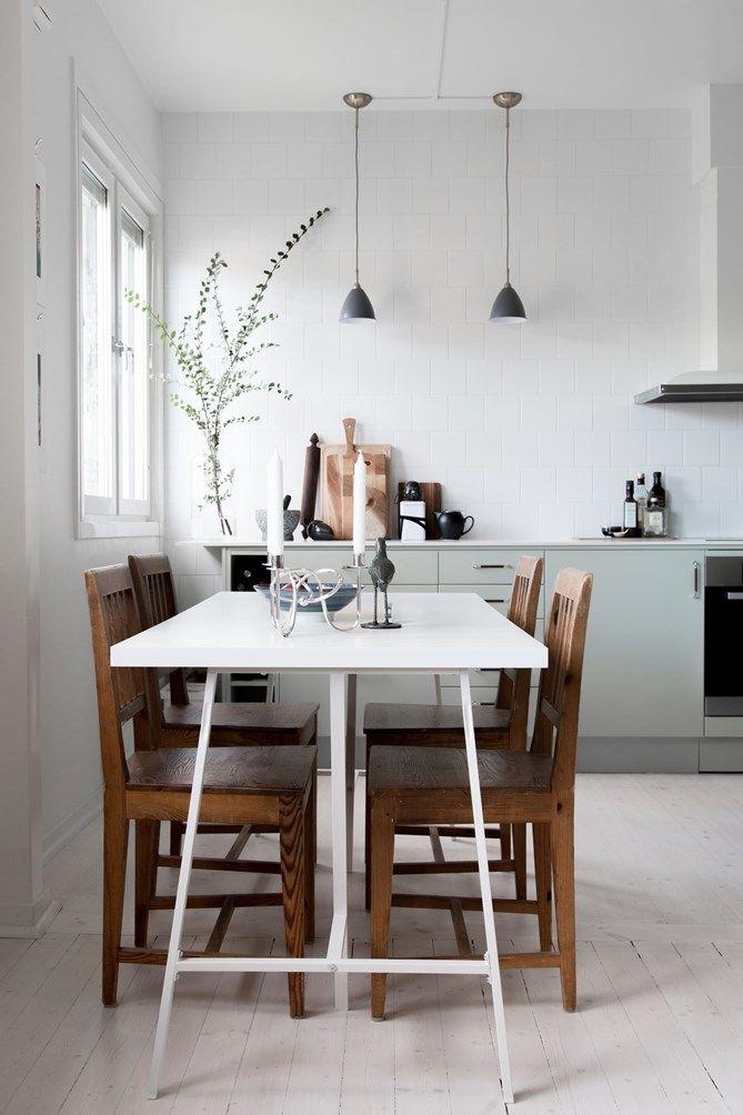 Kök i modern retrostil. Generösa arbetsytor och goda förvaringsmöjligheter med bland annat smarta sockellådor | Ballingslöv