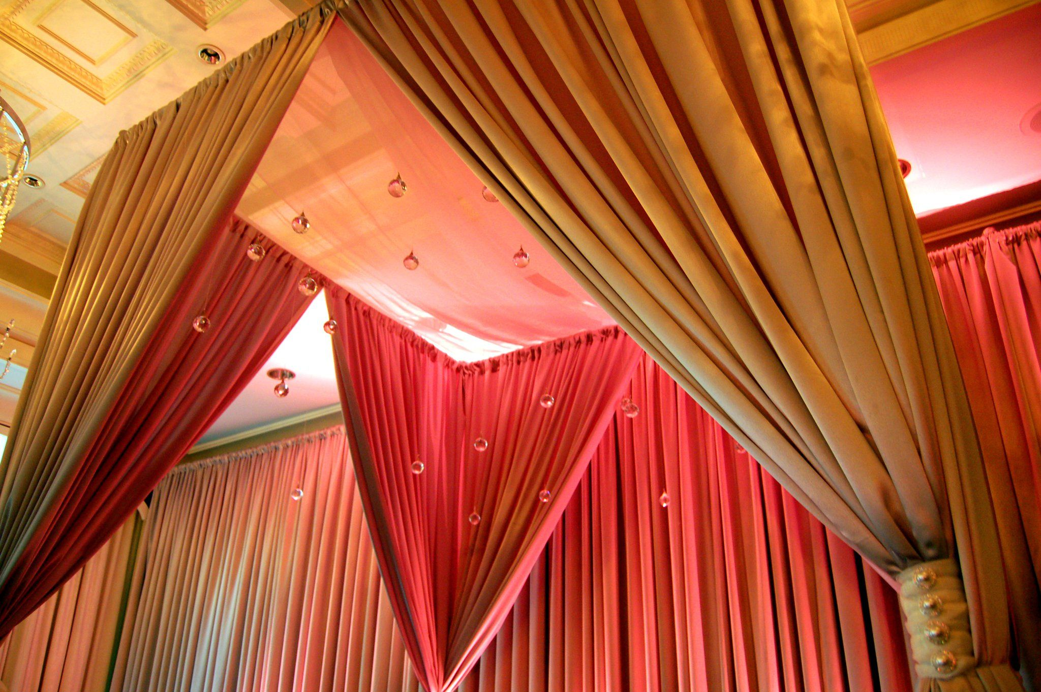 Chic Wedding Structure W Crystals Wedding Wedding Decor Elegant Wedding Decorations Decor