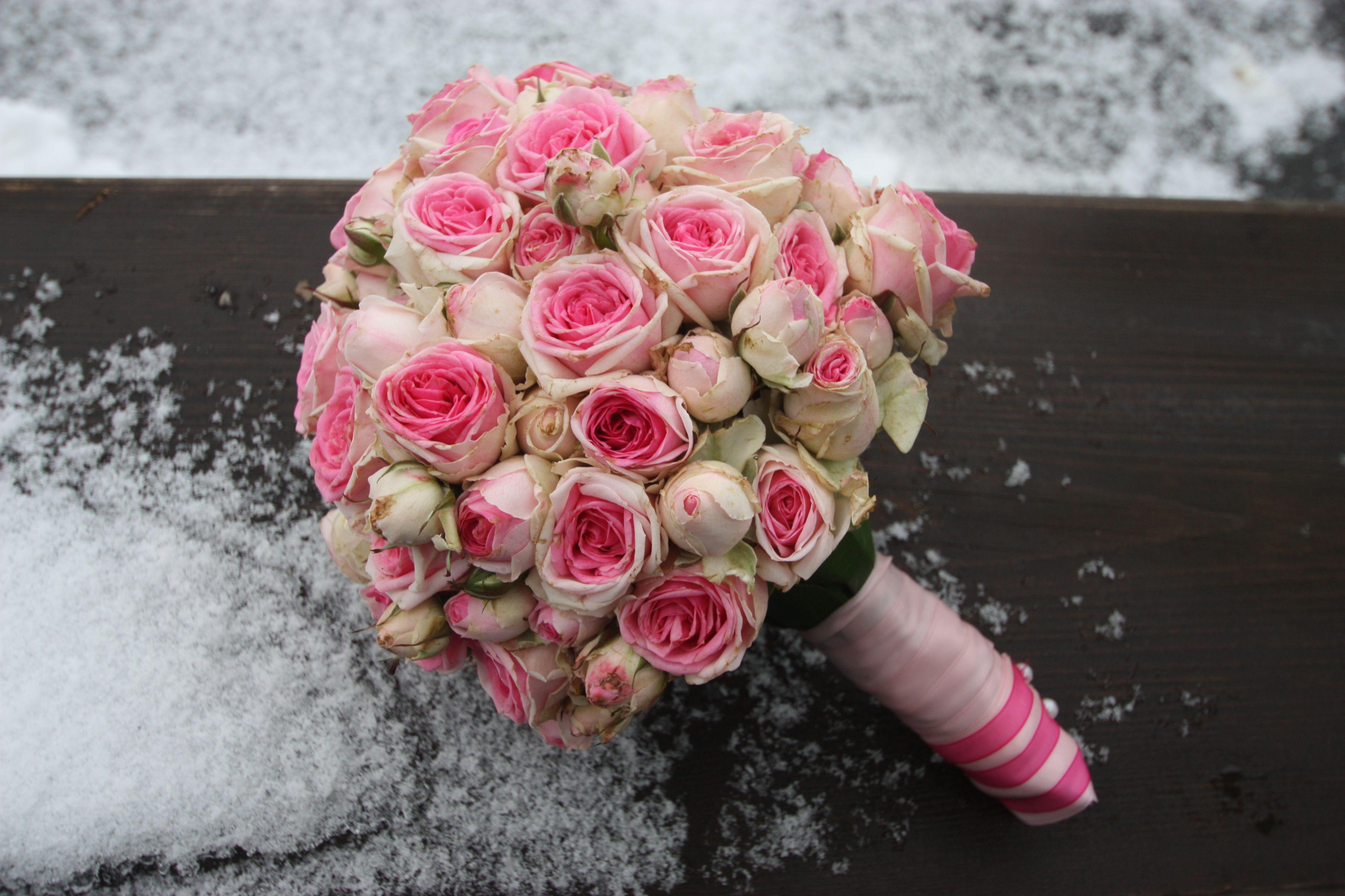 Winterfruhlings Brautstrauss Mit Rose Farbenen Rosen Kugelformig Winter Spring Wedding Bouquet With Pink Roses H Winterhochzeit Brautstrausse Hochzeit Hotel