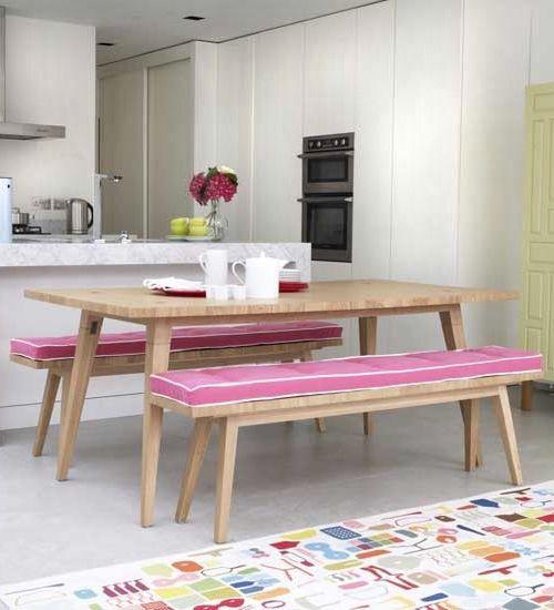 Mesa y bancos de picnic en madera natural con cojines rosas | Wooden ...