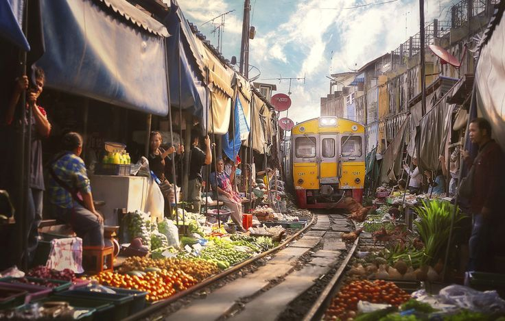 500px / Bangkok Train juicer by paul sarawak - womderful array of colours, can almost smell the citrus and spice in the air!