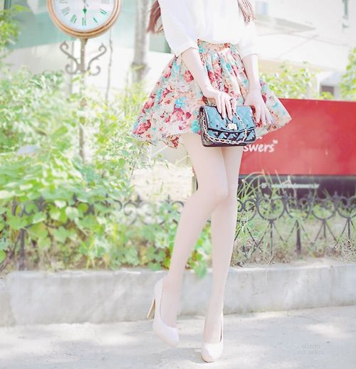 Imagem através do We Heart It https://weheartit.com/entry/137088728/via/5491910 #amazing #asia #beautiful #cute #fashion #floralskirt #girl #girly #kawaii #kfashion #korean #legs #outfit #perfection #purse #skinny #skirt #ulzzang