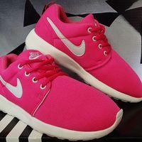 Detail Sepatu Running Merek Nike Roshe Run Women Pink Putih