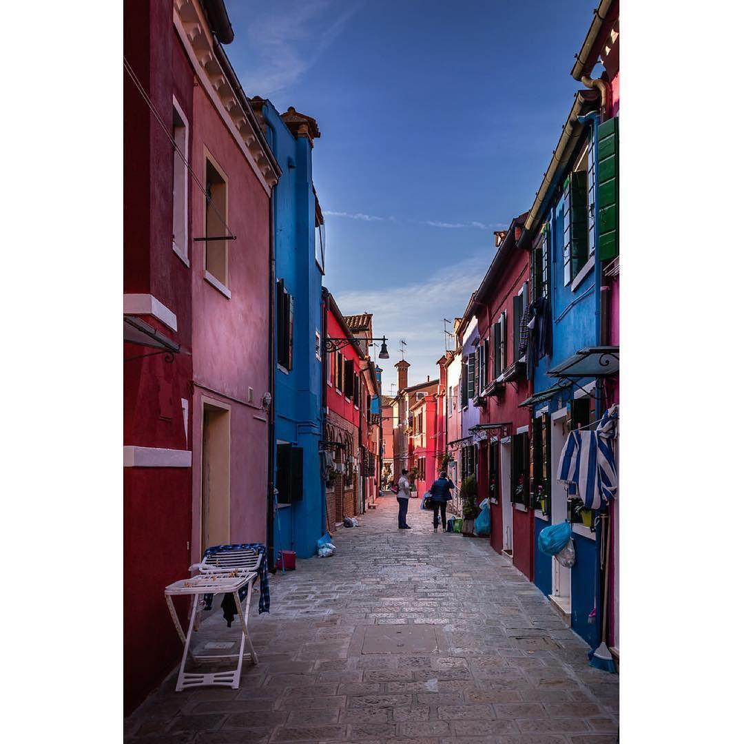 Burano street #igworldclub #igs_europe #igersitalia #wanderlust #picture_to_keep #picoftheday #photooftheday #igersvenezia #venezia #venice #Italy #italia #cities #street #urbano #trip #travelling #instatraveling #igtravel #burano #travelpics