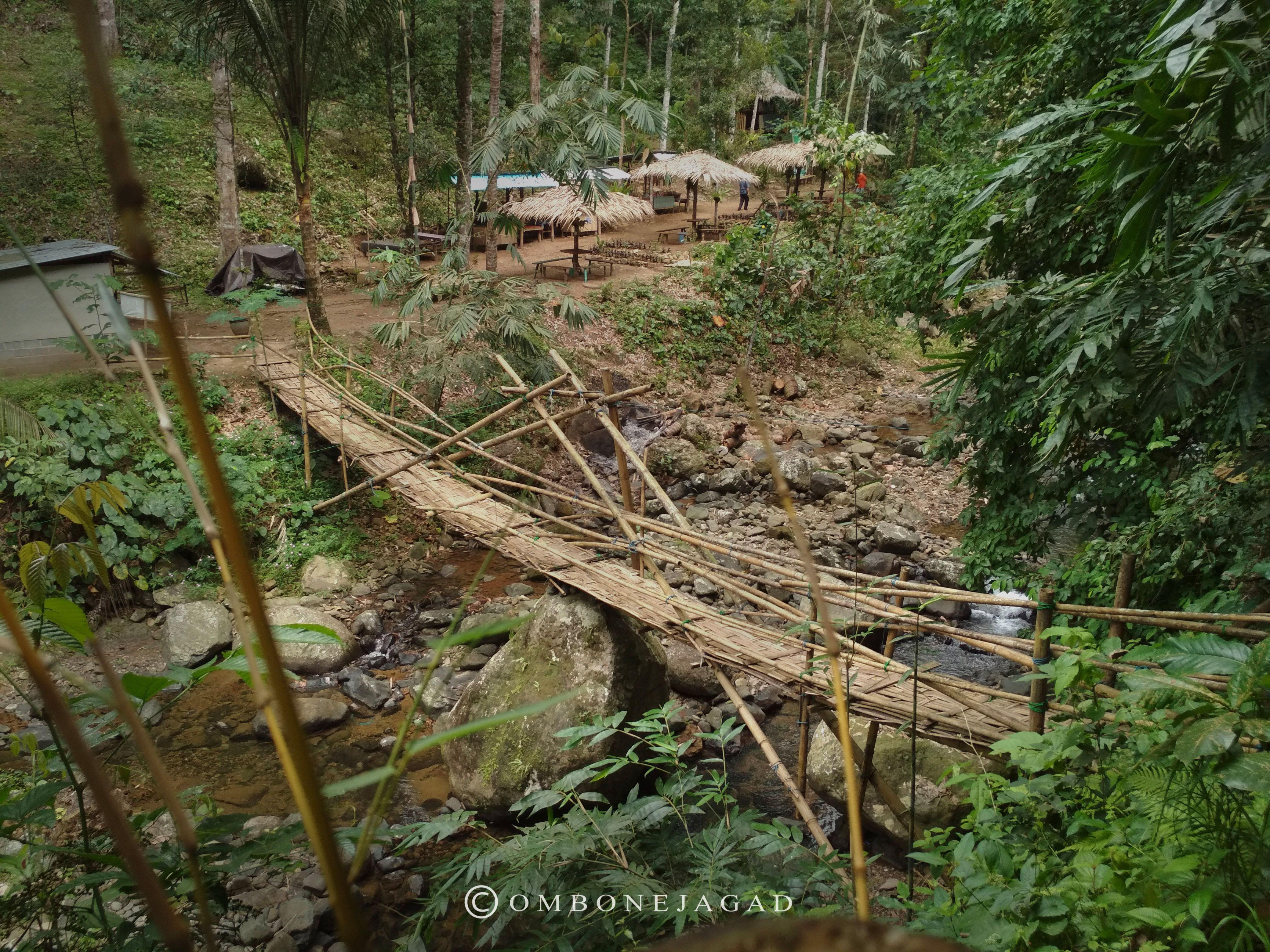 Jembatan Bambu Gazebo Dan Banyu Nget Kami Menghentikan Sejenak Langkah Kaki Memandangi Jembatan Bambu Yang Membelah Sungai Air Terjun Batu Besar Pemandangan