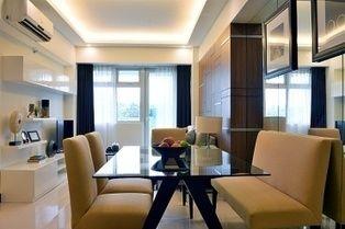 Byt nemá veľkú rozlohu. Práve (mierne neosobný) hotelový dizajn ho opticky zväčšuje. Aj tak sa dá.