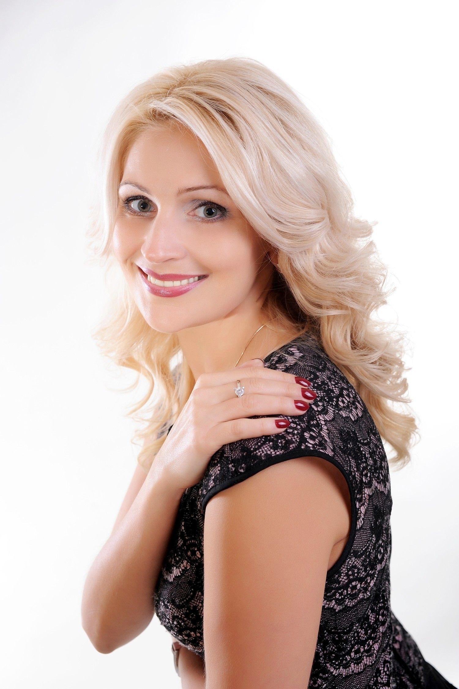 Dating Woman Blonde Single)