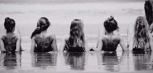 This Is A Cute Beach Picture Idea To Do With Friends Or Sisters